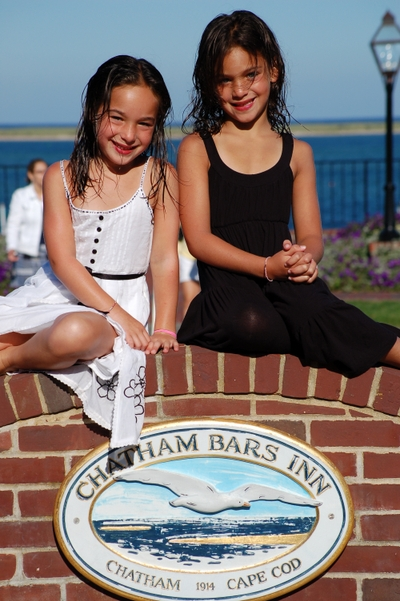 Chatham_bars_2007_girls_on_the_beac